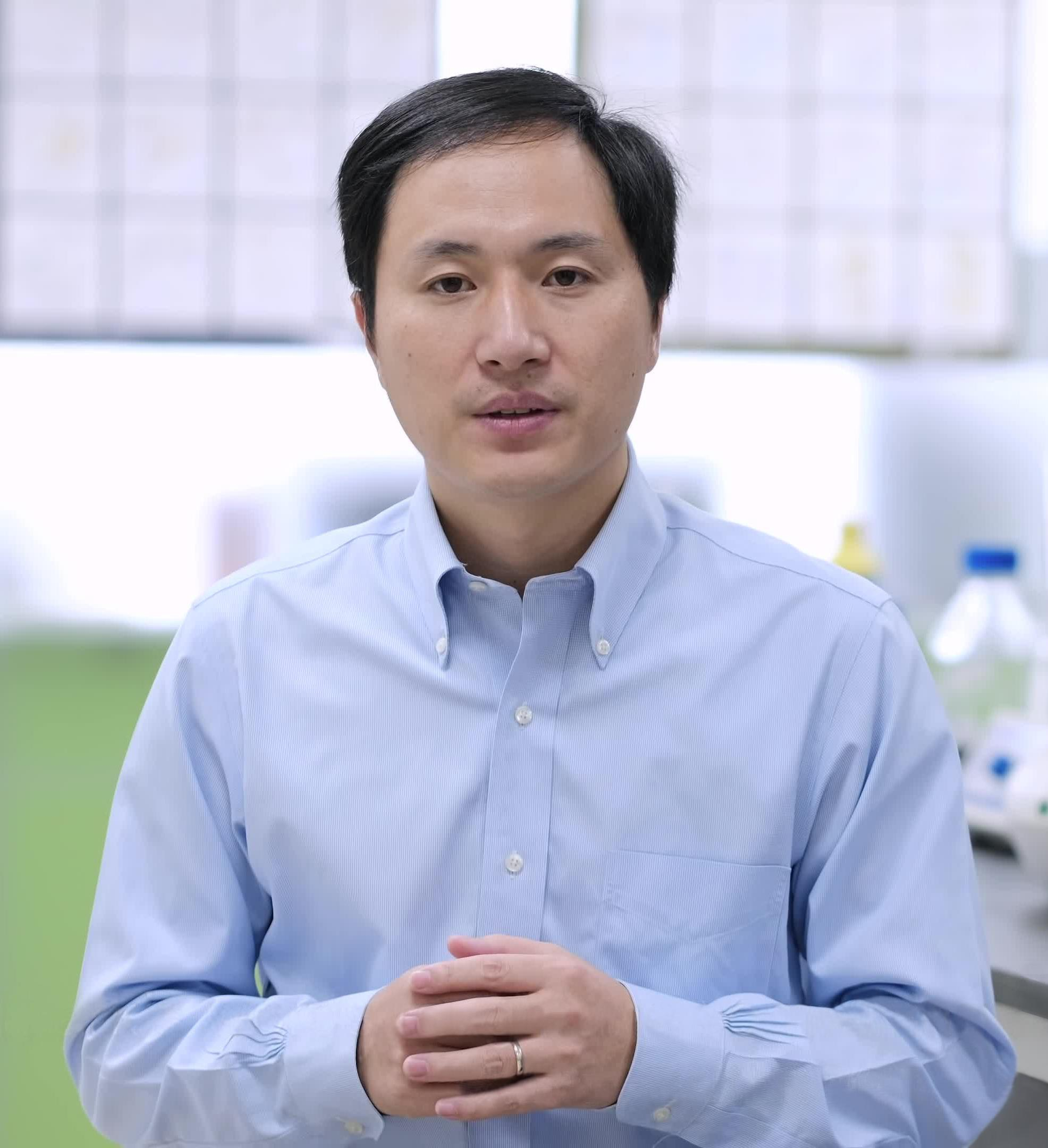 He Jiankui wearing blue shirt